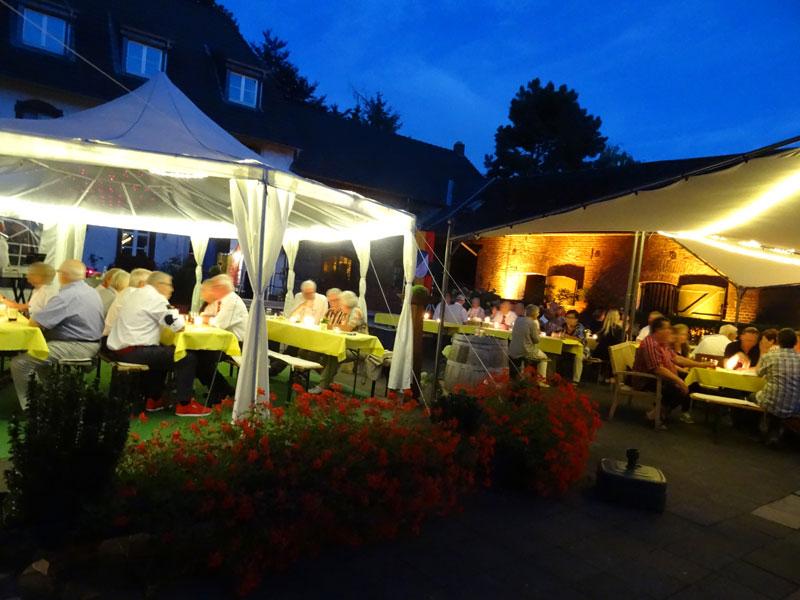 Gemeinsam feiern, in schöner nächtlicher Atmosphäre, im Innenhof des Haus Hülsdonk, in Willich